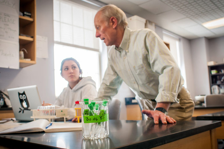 Professor Bill Thomas works with a student in the biology lab.